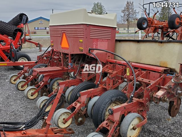 Gallery image 1 for Used International Harvester 800 Planter
